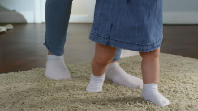 Baby-Girl-caminando-con-el-apoyo-de-la-madre