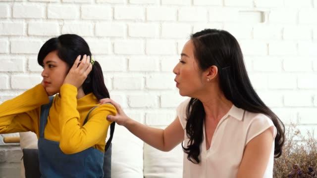 Discusión-entre-hija-adolescente-asiática-molesta-y-madre-de-mediana-edad-molesta-