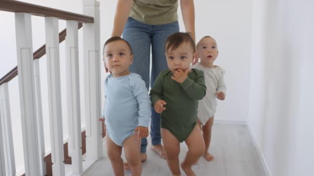 Asiático-Niño-Caminando-en-casa-y-Hermanos-Siguiendo