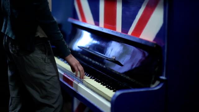 Mädchen-spielt-Klavier