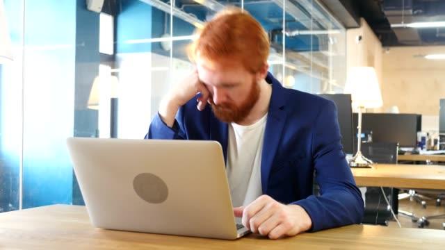 Hombre-durmiendo-en-el-trabajo-pelos-rojos