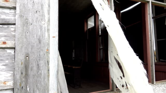 CLOSE-UP:-Mirando-a-través-de-la-ventana-de-un-aula-en-la-destartalada-casa-embrujada