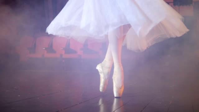Tanzende-Ballerinas-Füße-in-einem-beschlagenen-Raum-