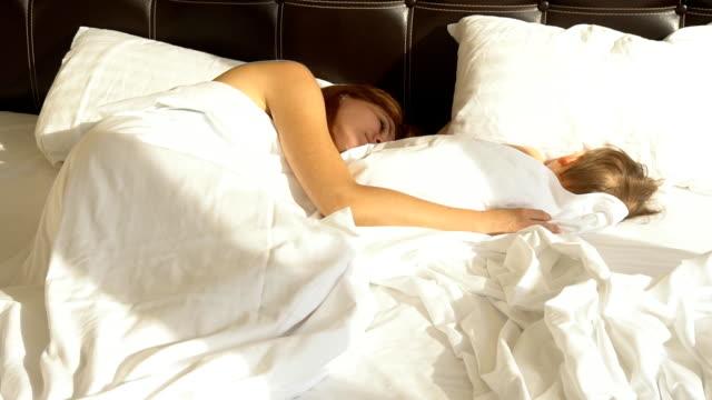 mamá-e-hijo-dormir-en-la-mañana-en-la-cama-en
