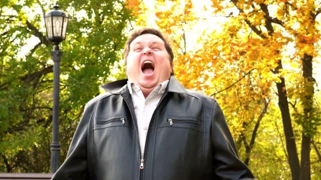 Emocional-hombre-gritando-en-la-cámara-Persona-enojada-