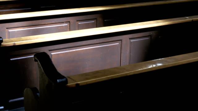 Bancas-de-madera-en-un-pasillo-de-la-Christian-Church