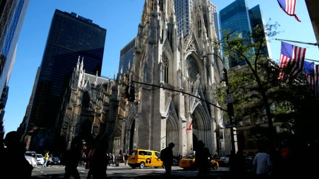 Silueta-de-personas-caminando-por-la-5ta-Avenida-en-Nueva-York