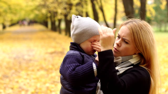 Mom-soothes-her-son-who-was-crying-in-autumn-Park-