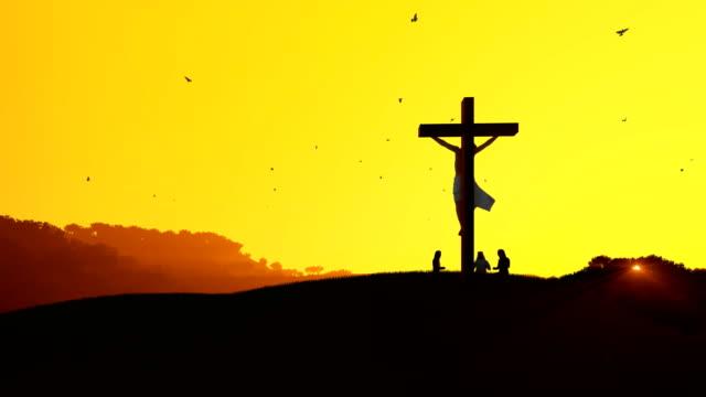 Jesus-am-Kreuz-und-Gläubige-beten-gegen-heiße-Sonnenuntergang