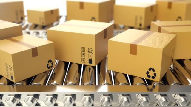 Progresa-de-cajas-de-cartón-a-lo-largo-del-transportador-de-correa-loopable-animación-Cajas-de-cartón-en-cinta-transportadora-Animación-de-4K