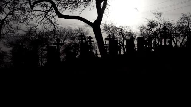 Alter-Friedhof-mit-alten-Kreuze-bei-Sonnenuntergang-Beängstigend-Friedhof