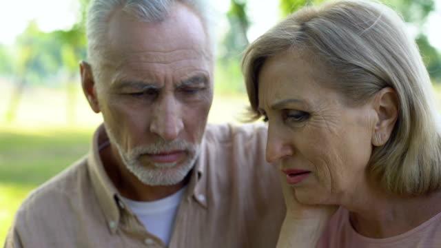 Antiguo-par-llorar-y-abrazarse-mutuamente-de-apoyo-en-la-enfermedad-la-pobreza-la-pérdida