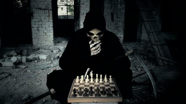 la-muerte-juega-en-el-ajedrez-después-de-que-hace-un-movimiento-de-reflexión-y-muestra-que-su-mudanza