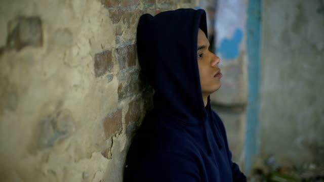 Adolescente-desesperado-llorando-en-la-casa-destruida-por-la-guerra-la-depresión-la-pobreza