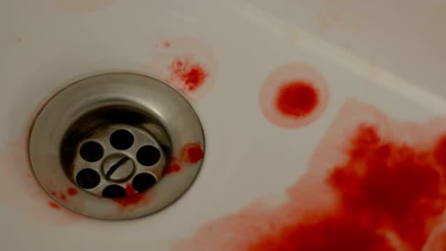 Mörder-waschen-Blut-des-Opfers-im-Bad-häusliche-Gewalt-Kriminalität-Totschlag
