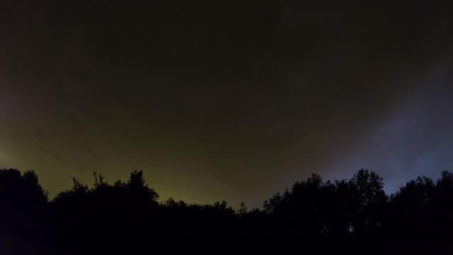Cielo-nocturno-con-lapso-de-tiempo-de-tormentas-eléctricas