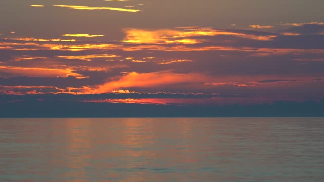 Sonnenuntergang-in-den-Horizont-über-dem-Meer
