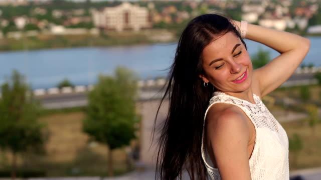 Retrato-de-joven-con-el-pelo-largo-en-el-fondo-de-un-hermoso-paisaje