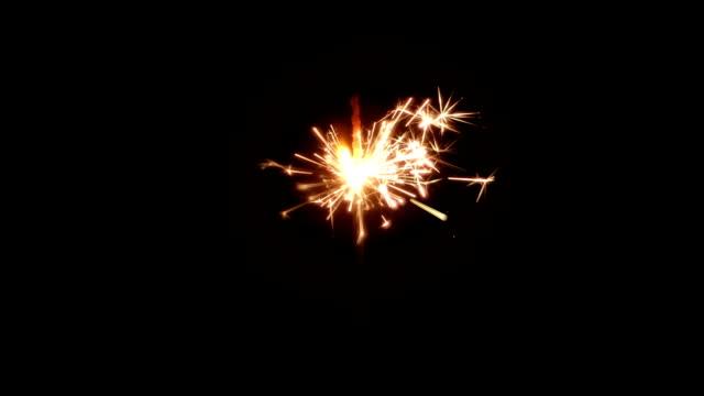 Sparkler-de-fuego-ardiendo-en-la-noche-cámara-lenta