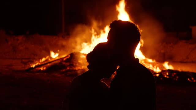 Der-Mann-und-die-Frau-sind-traurig-über-die-Trauer-über-die-Zerstörung-des-Feuers