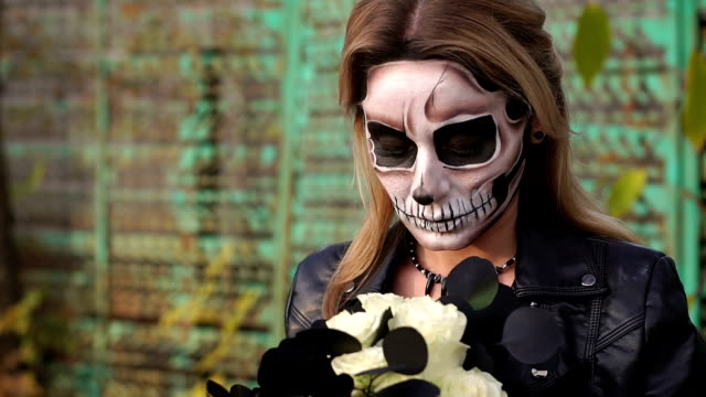 Retrato-de-una-muchacha-asustadiza-con-maquillaje-en-halloween-en-forma-de-una-calavera-