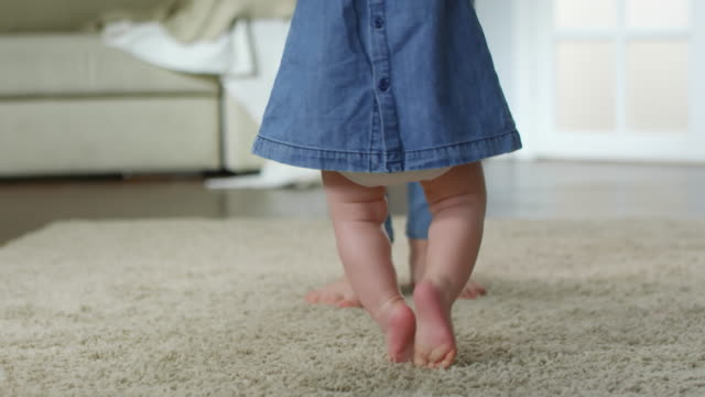 Baby-Girl-aprendiendo-a-caminar