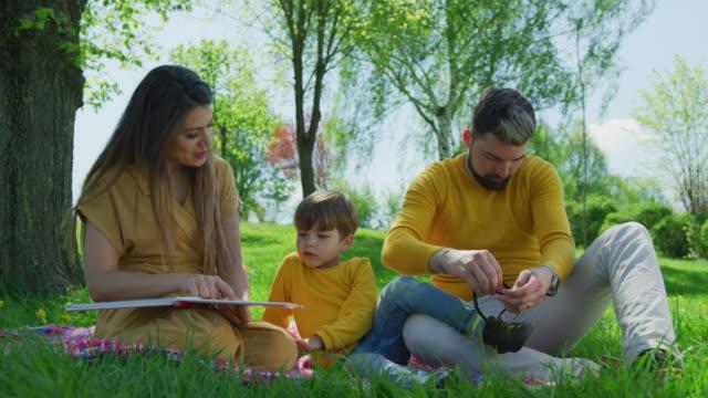 Madre-leyendo-un-libro-a-su-hijo
