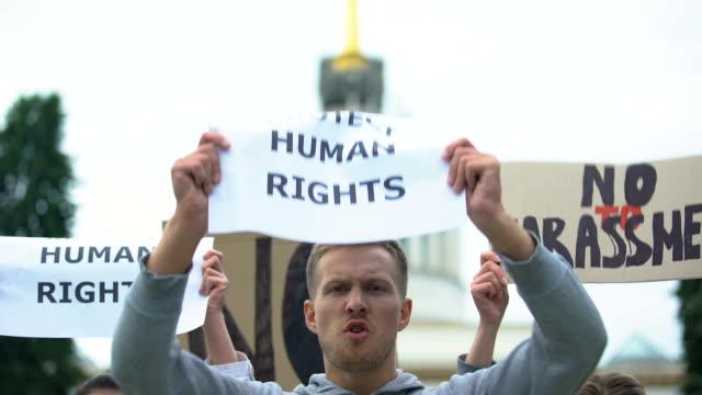 Activistas-corean-eslogan-de-derechos-humanos-sosteniendo-pancartas-manifestación-contra-el-acoso