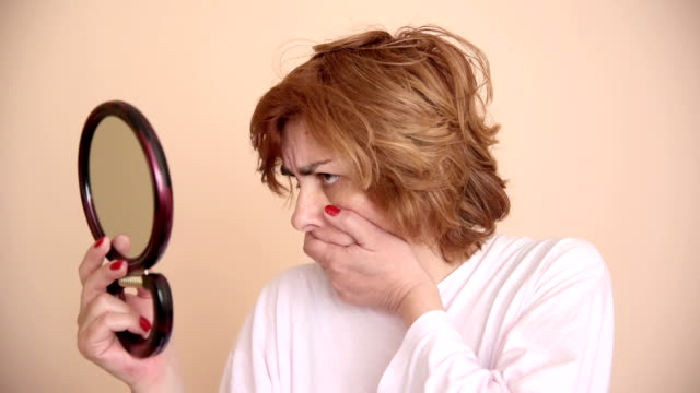 Woman-looking-at-the-mirror
