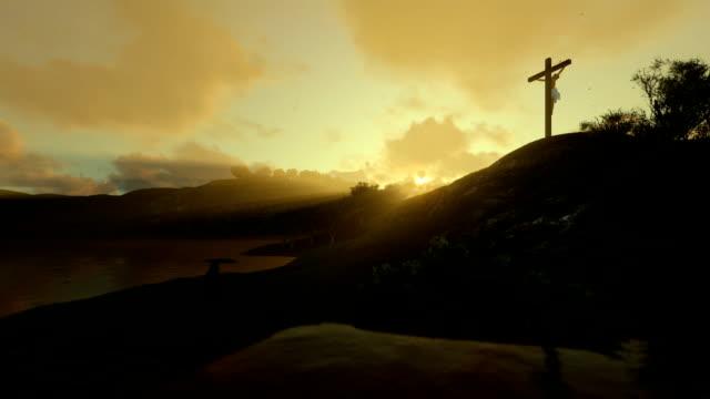 Frau-betete-Jesus-Kreuz-gegen-schöne-Morgensonne-Strahlen