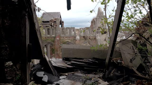 FPV:-Stehend-auf-dem-einstürzenden-Dach-der-verlassenen-Stadt-Methodist-Church-Gary