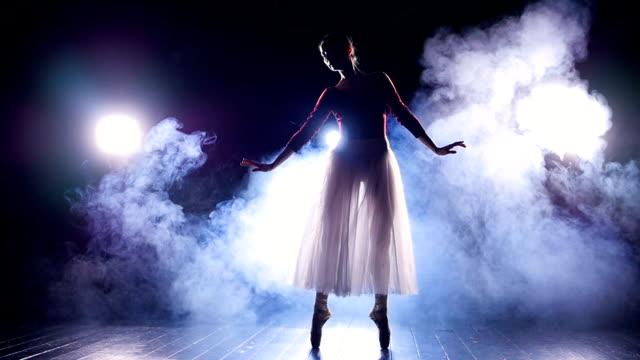 Eine-Ballerina-macht-perfekte-Echappes-in-der-Dunkelheit-