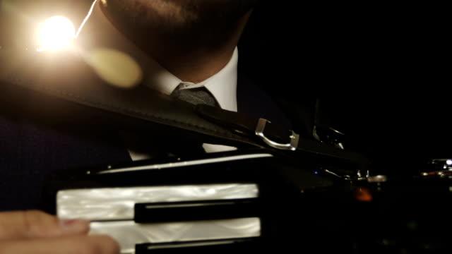 Close-up-La-cara-del-músico-en-gafas-de-sol-