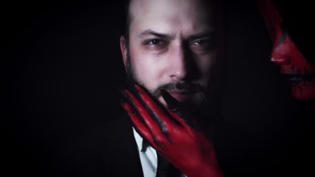 4-k-Horror-diablo-besos-empresario-cara