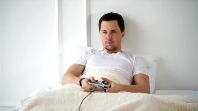 Hombre-de-pasar-tiempo-libre-con-juegos-de-video-en-casa