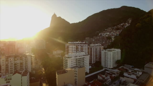 Rio-De-Janeiro-Antenne:-Umstieg-auf-Christus-der-Erlöser-Statue-Gebäude-mit-Berg-Favela-im-Vordergrund
