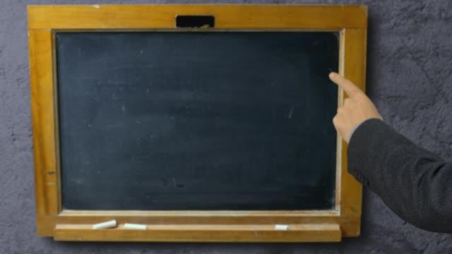 Hand-des-Mannes-zeigte-mit-dem-Zeigefinger-auf-Tafel-Schule