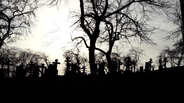 Halloween-Hintergrund-Alter-Friedhof-mit-alten-Kreuze-bei-Sonnenuntergang
