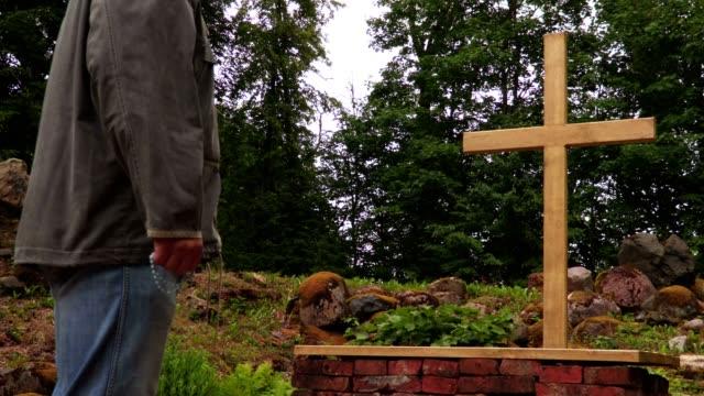 Mann-mit-dem-Rosenkranz-bleiben-in-der-Nähe-von-Kreuz-im-freien