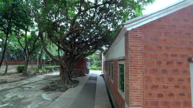 Una-casa-tradicional-chino-Patio-en-zona-rural-de-Asia-El-rodaje-con-cámara-de-acción-y-el-estabilizador-de-3-eje-cardán-