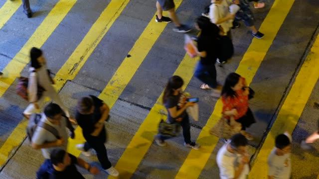 Busy-pedestrian-crossing-in-Hong-Kong-at-night