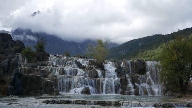 Valle-de-la-luna-azul-en-la-montaña-de-nieve-del-dragón-de-Jade