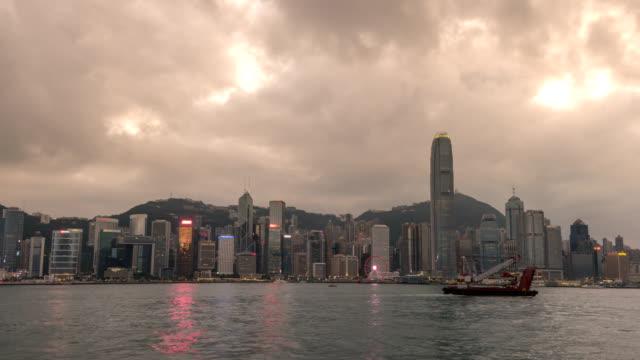 Hong-Kong-Zeitraffer-4K-Stadt-Skyline-von-Tag-zu-Nacht-Zeitraffer-in-Victoria-Bay