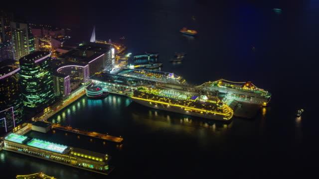 4-lapso-k-del-muelle-de-crucero-ligero-de-la-ciudad-desde-la-bahía-de-hong-kong-de-noche