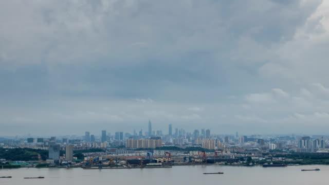 Lapso-de-tiempo-del-horizonte-de-río-Yangtsé-en-la-ciudad-de-nanjing-china-día-nublado