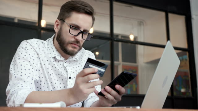 Man-do-payment-online-by-phone-credit-bank-card