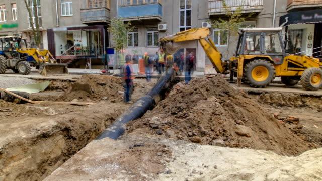 Excavadora-en-el-trabajo-en-sitio-de-construcción-de-la-tubería-de-reemplazo-timelapse-de-tubería-de-abastecimiento-de-agua