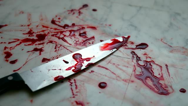 Cuchillo-con-sangre-en-el-piso