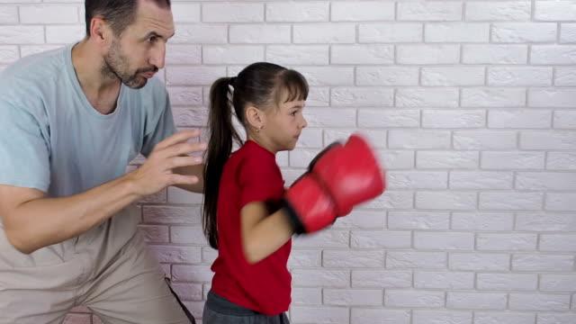 Boxer-Ausbildung-Ein-Mann-ist-ein-Kind-in-Boxhandschuhe-training-