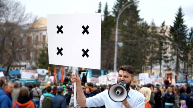 Hombre-en-reunión-política-con-bandera-con-puntos-de-seguimiento-para-copiar-texto-de-espacio